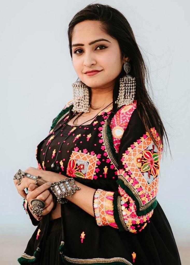 Santvani Trivedi (Singer) Age, Husband, Sister, Birthday, Family, Photos, Father, Biography