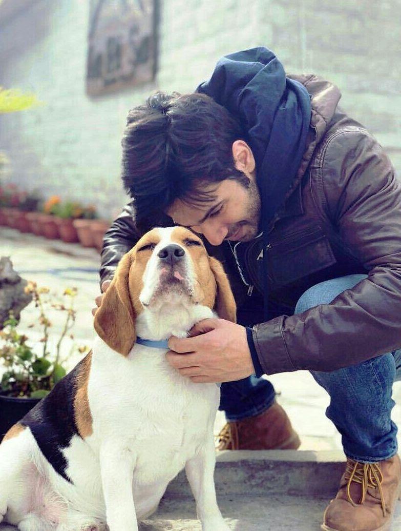 वरुण धवन अपने कुत्ते के साथ