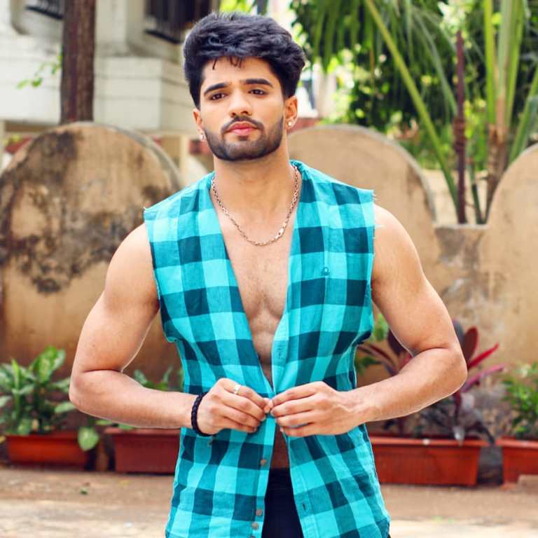 Zeeshan Khan Wife, Age, Family, Photos, Birthday, Girlfriend, Father, Mother, Detail, Biography