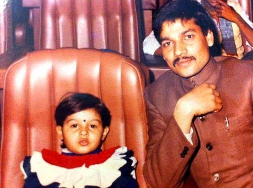 सुनिधि चौहान (बचपन) अपने पिता दुष्यंत कुमार चौहान के साथ