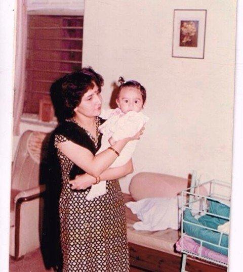 बचपन में अपनी माँ के साथ कार्तिक आर्यन