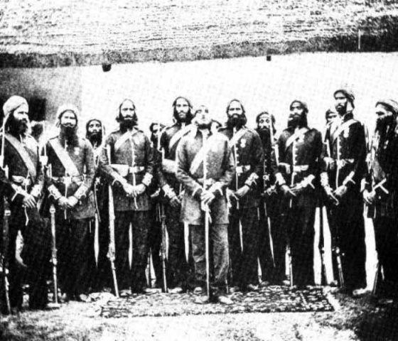 हवलदार ईशर सिंह अपने सैनिकों के साथ