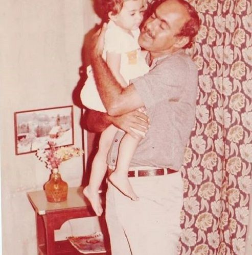 अपने पिता के साथ अर्चना चंडोक की बचपन की तस्वीर