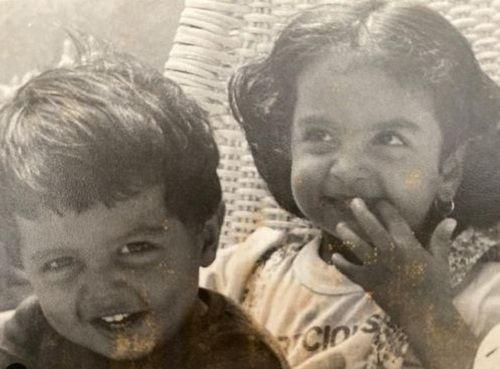 अपने भाई के साथ सीमा खान (बाईं ओर) की बचपन की तस्वीर