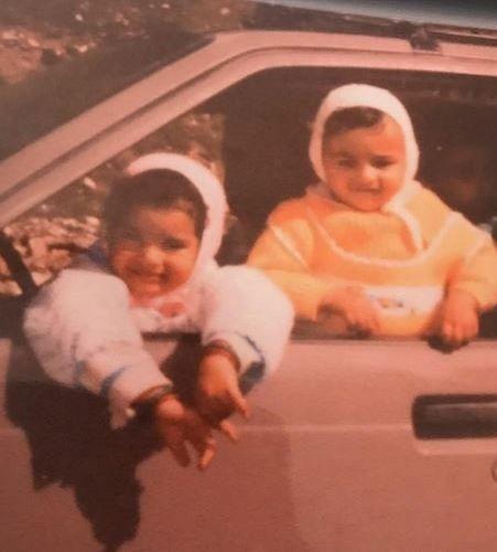 सुकीर्ति कांडपाल (बाईं ओर) और उनकी बहन की बचपन की तस्वीर