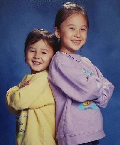 अपनी बड़ी बहन के साथ नैन्सी की बचपन की एक तस्वीर