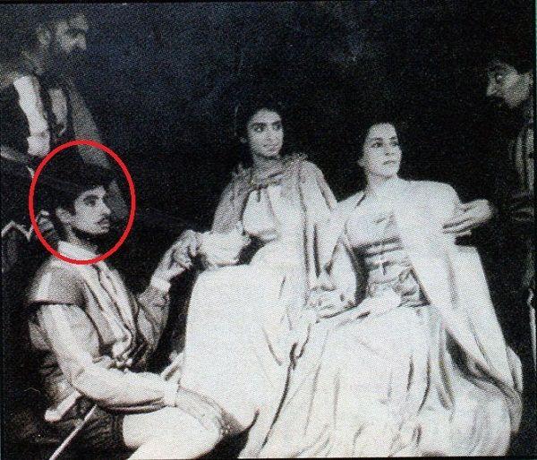 कॉलेज के दिनों में अमिताभ बच्चन अभिनीत एक नाटक की एक तस्वीर