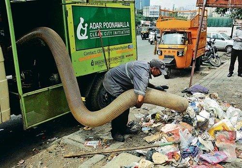 आदर पूनावाला क्लीन सिटी पहल के तहत सड़कों से कचरा साफ करते एक कार्यकर्ता