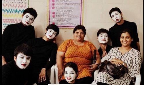 अक्षय मिश्रा अपने थिएटर एक्टरओं के साथ