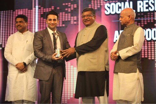 Adar Poonawalla recieving the CNBC Asia's Corporate Responsibility award