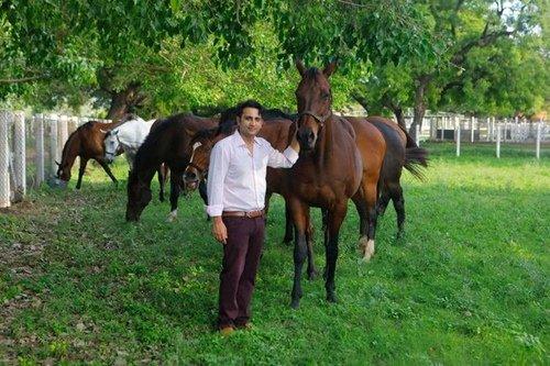 अदार पूनावाला अपने फार्म हाउस में घोड़ों के साथ