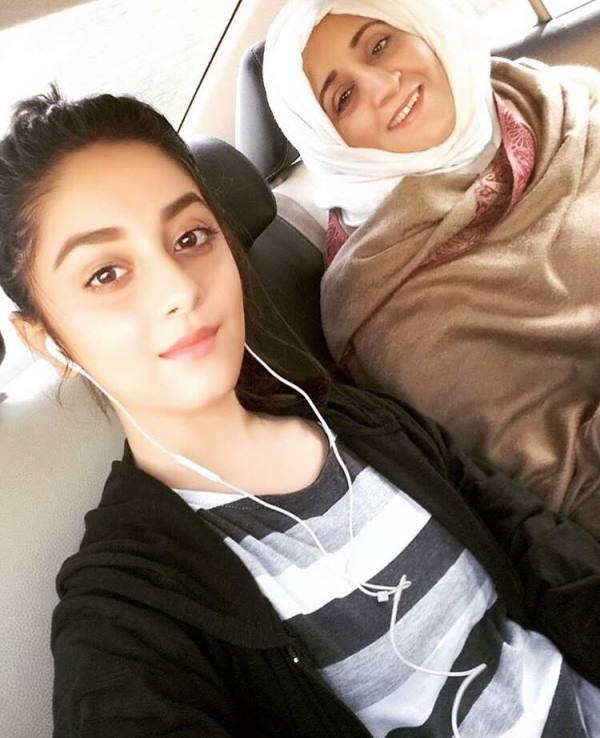 Alizeh Shah with her mother