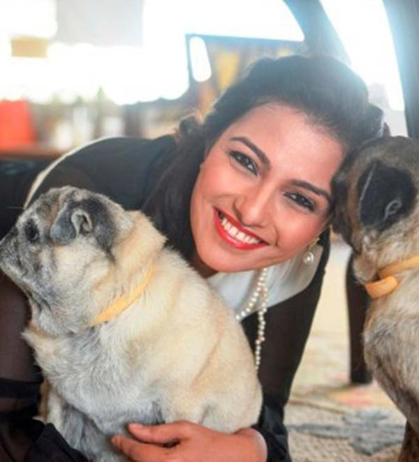 अमीरा शाह अपने पालतू कुत्तों के साथ- जिंजर और लिलो