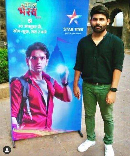 काल भैरव रहस्य के पोस्टर के साथ अतुल कुमार शर्मा