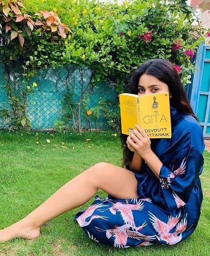 अवंतिका मिश्रा किताब पढ़ रही हैं