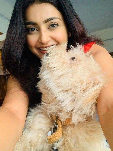 अवंतिका मिश्रा अपने पालतू कुत्ते के साथ