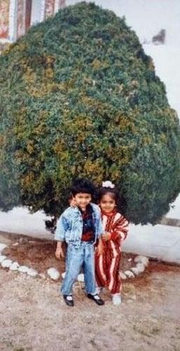 अवंतिका मिश्रा की अपने भाई के साथ बचपन की तस्वीर