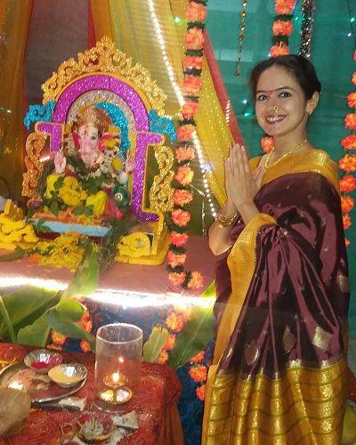 भाग्यश्री नं भगवान गणेश की मूर्ति के साथ
