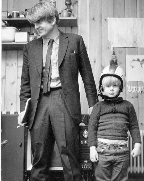 अपने पिता, स्टेनली जॉनसन के साथ एक बच्चे के रूप में बोरिस जॉनसन