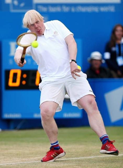 टेनिस खेल रहे बोरिस जॉनसन