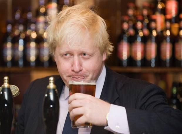 बीयर पीते हुए बोरिस जॉनसन