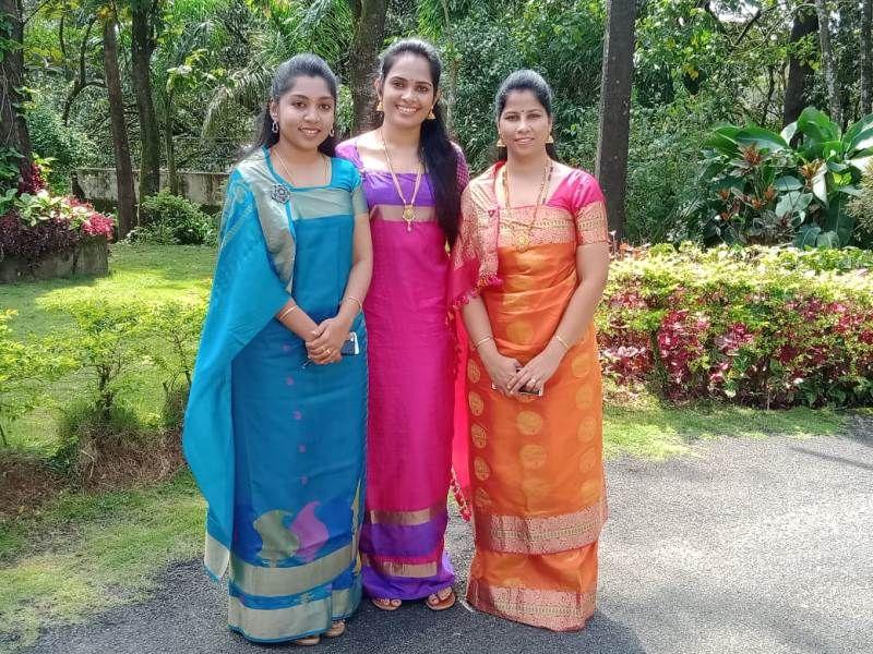 मदिकेरी दशहरा कार्यक्रम में पारंपरिक कोडवा पोशाक में डीसी एनीस कनमनी जॉय (बीच में), एसपी सुमन डी पेनेकर (दाएं), और जेडपी सीईओ के लक्ष्मी प्रिया (बाएं)