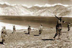 धन सिंह थापा लद्दाख में पैंगोंग झील में 8 गोरखा राइफल्स की पहली बटालियन की कमान संभाल रहे हैं