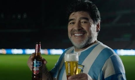 डिएगो माराडोना शराब पीते हुए