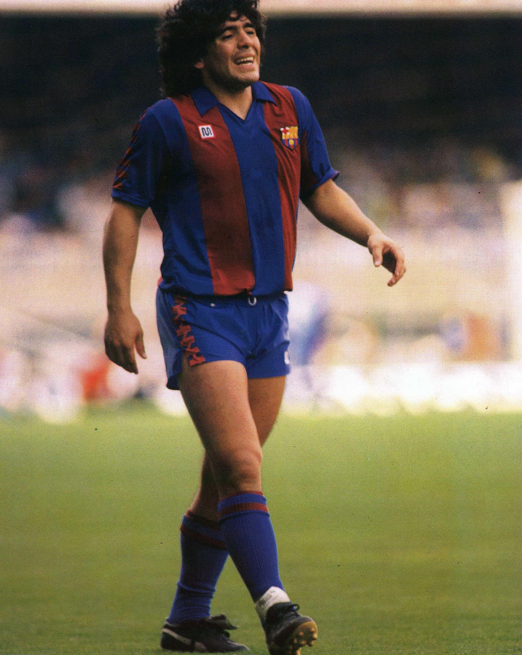 डिएगो माराडोना बार्सिलोना के लिए खेल रहे हैं