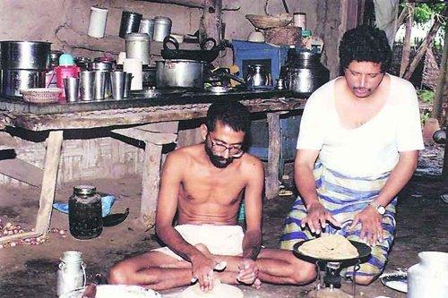 मेलघाटी में अपने घर में रह रहे डॉ. रवींद्र कोल्हे