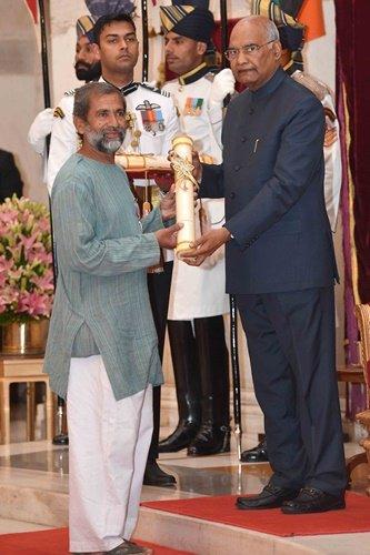 भारत के राष्ट्रपति राम नाथ कोविंद से पद्म श्री प्राप्त करते हुए डॉ. रवींद्र कोल्हे