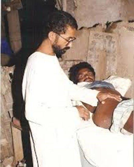 गांव में मरीज का इलाज कर रहे डॉ. रविंद्र कोल्हे