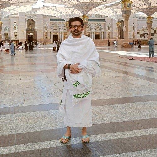 एक मस्जिद में फहद शेख