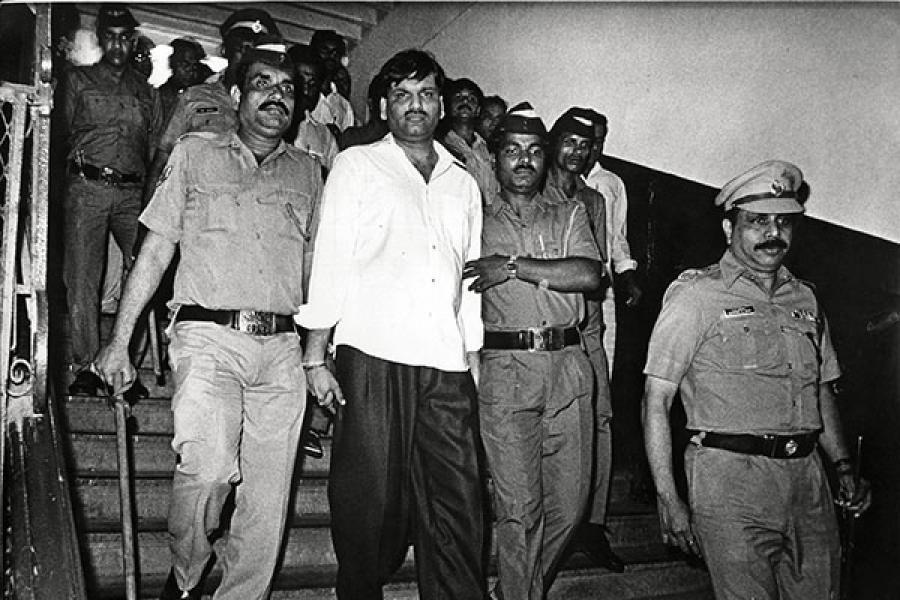 मुंबई पुलिस द्वारा गिरफ्तार किए जाने के बाद हर्षद मेहता को ले जाया जा रहा है