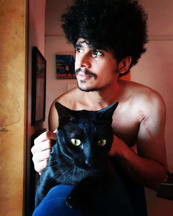 इमाद शाह अपनी पालतू बिल्ली के साथ