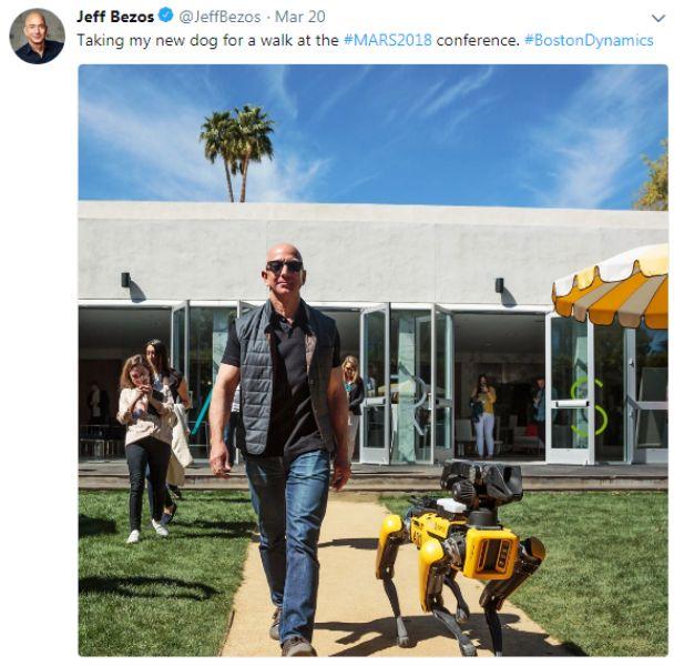 जेफ बेजोस अपने रोबोटिक कुत्ते के साथ