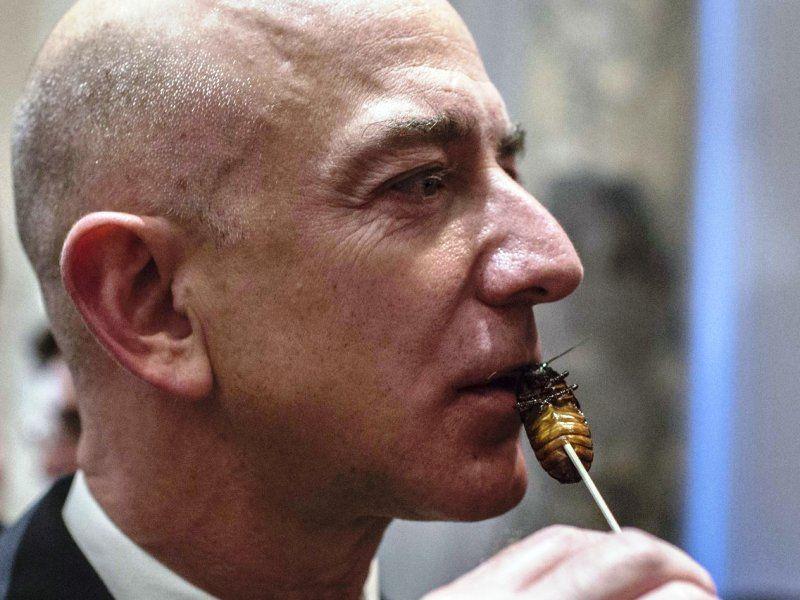 जेफ बेजोस पका हुआ कॉकरोच खा रहे हैं