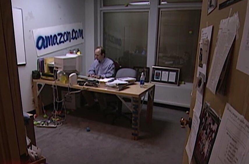 जेफ बेजोस अपने पहले कार्यालय में वर्क कर रहे हैं