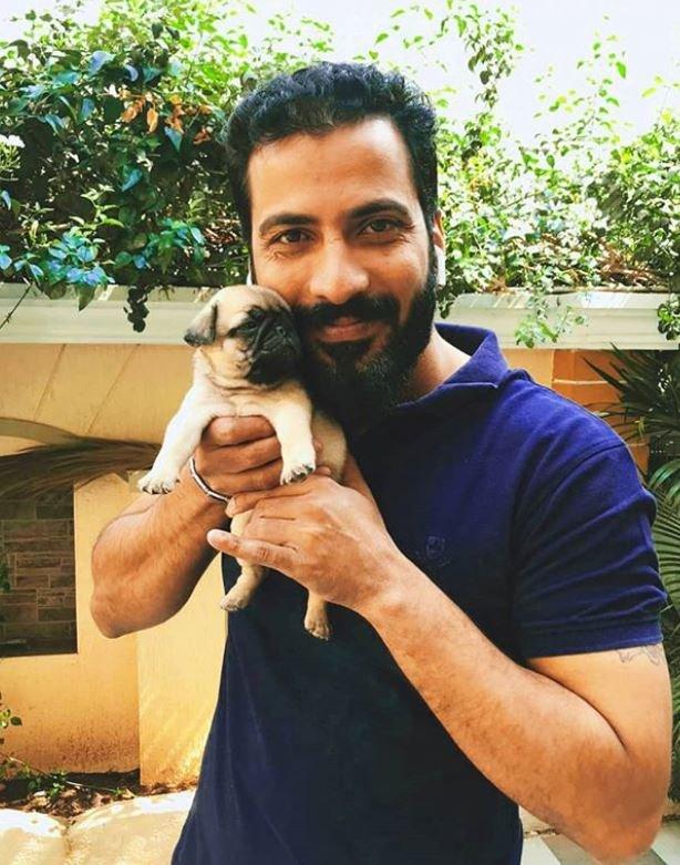 जीतन रमेश अपने पालतू कुत्ते के साथ