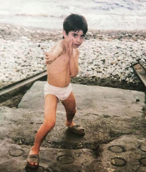 एक बच्चे के रूप में केविन अलमासिफर