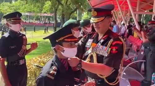 लेफ्टिनेंट जनरल वाईके जोशी नितिका कौल के कंधे पर रैंक बैज लगाते हुए