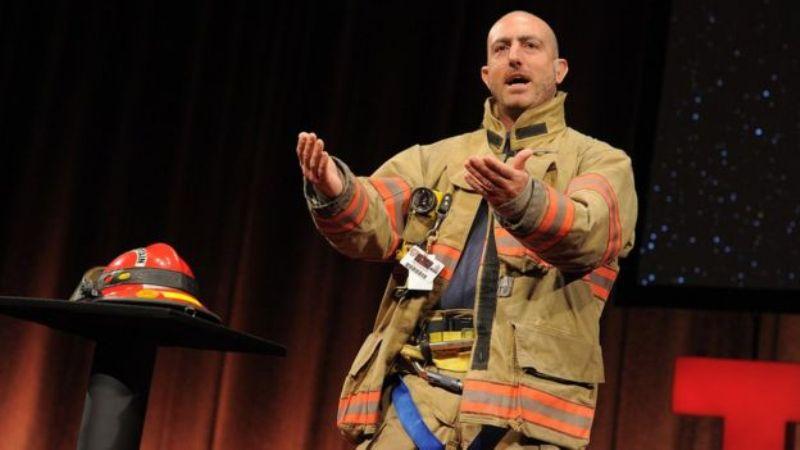 स्वयंसेवी अग्निशामक के रूप में मार्क बेजोस