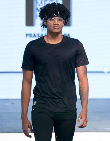 फीनिक्स मेगा मॉडल हंट 2019 में रैंप वॉक करते माइकल अजय