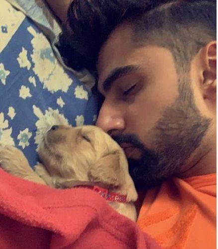 मृदुल मधोक अपने पालतू कुत्ते के साथ