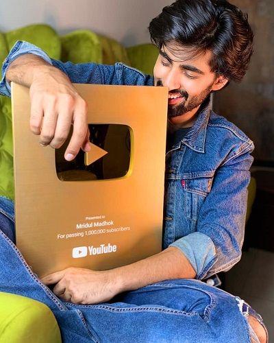 मृदुल मधोक का यूट्यूब प्ले बटन