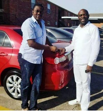 Muyiwa Ademola अपने प्रशंसक और car . के साथ