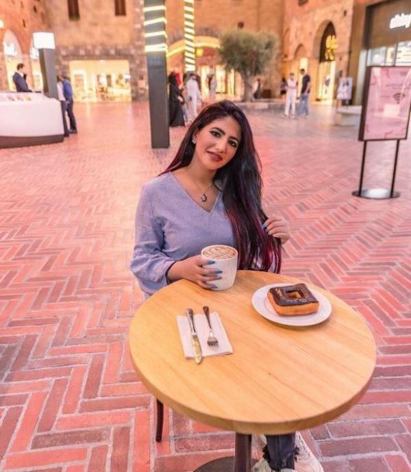 नूर सितारे एक कप कॉफी पीते हुए