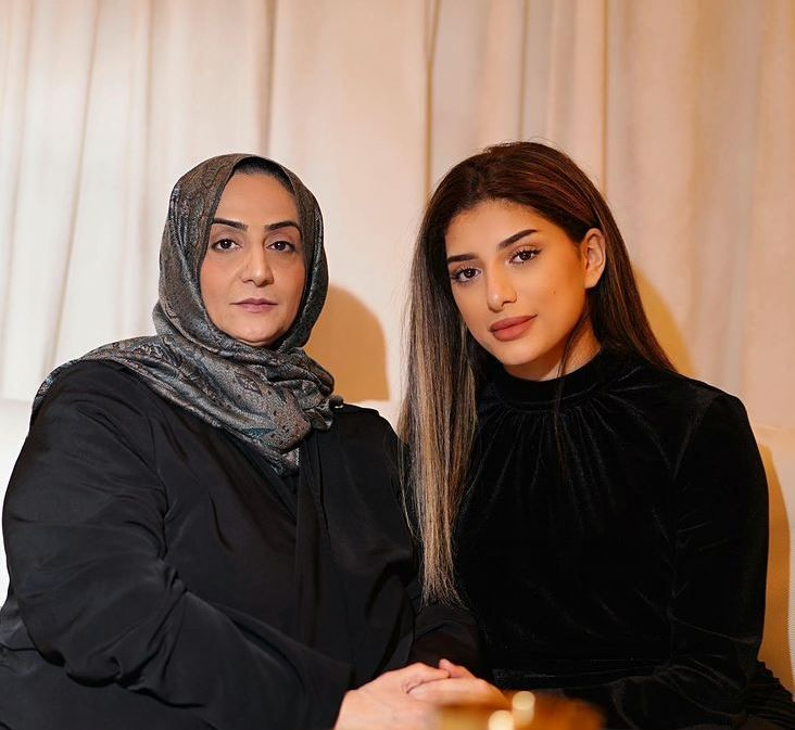 Noor Stars's sister with her mother