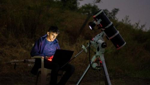 प्रथमेश जाजू अपने उपकरणों से रात के आसमान पर कब्जा करने की कोशिश कर रहा है
