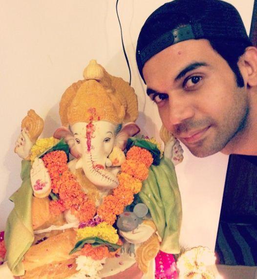 भगवान गणेश की मूर्ति के साथ राजकुमार राव
